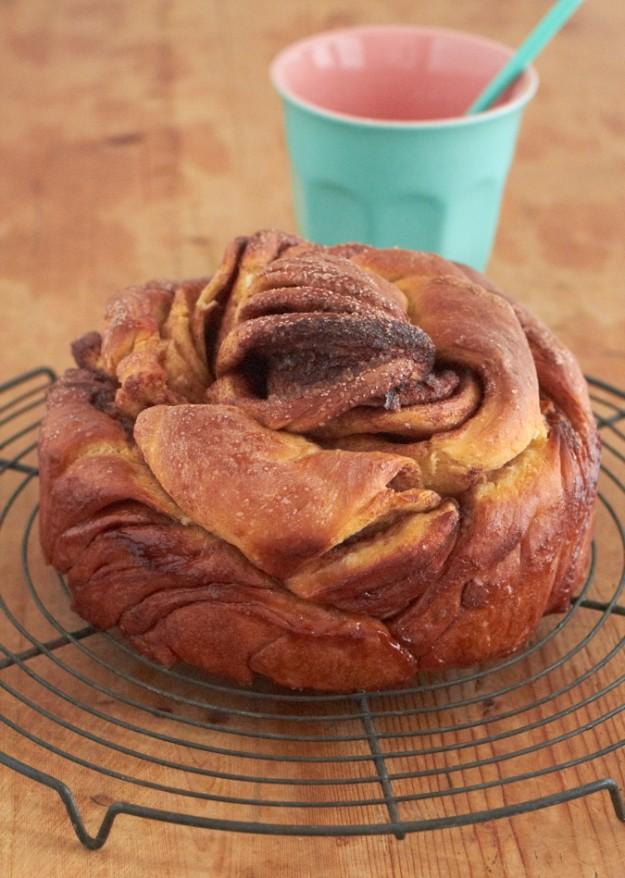 Zimtschnecke als Rose gezwirbelt, ein wunderschöner saftiger Kuchen.