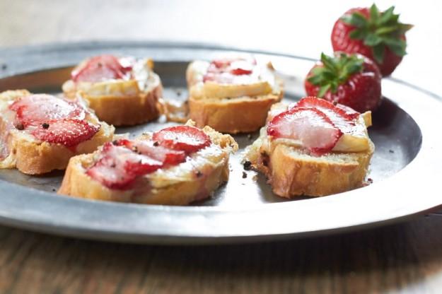 knusprige Erdbeer - Bruschetta mit Blauschimmelkäse  tastesheriff.com