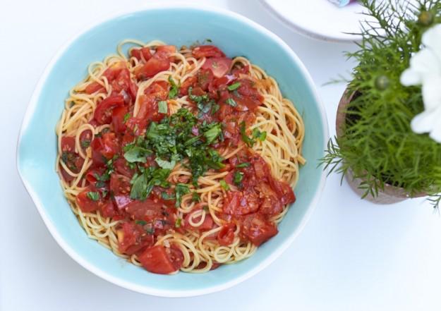 Schnelle Tomaten Pasta mit Basilikum tastesheriff.com