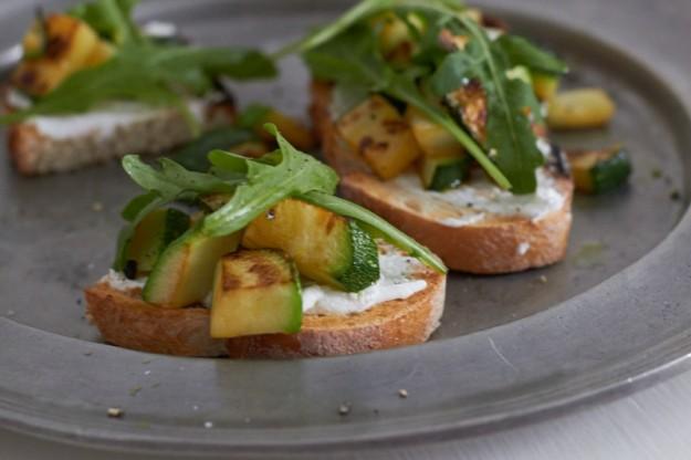 Ein köstliches Bruschetta mit gebratenen Zucchini gibt es auf http://www.tastesheriff.com/