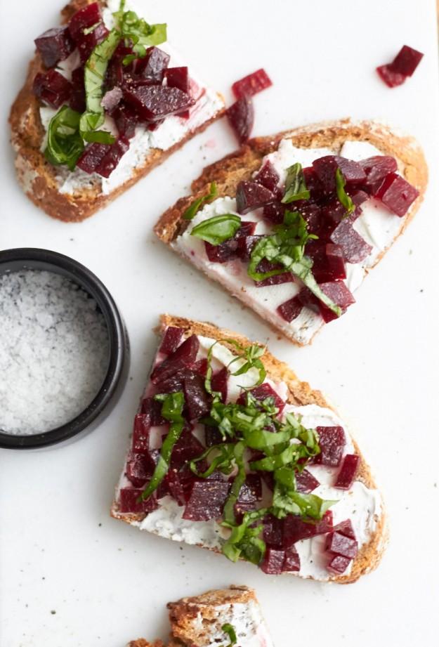 Ein schneller Snack für Zwischendurch - Schnittchen mit Rote Beete, Ziegenfrischkäse und Basilikum