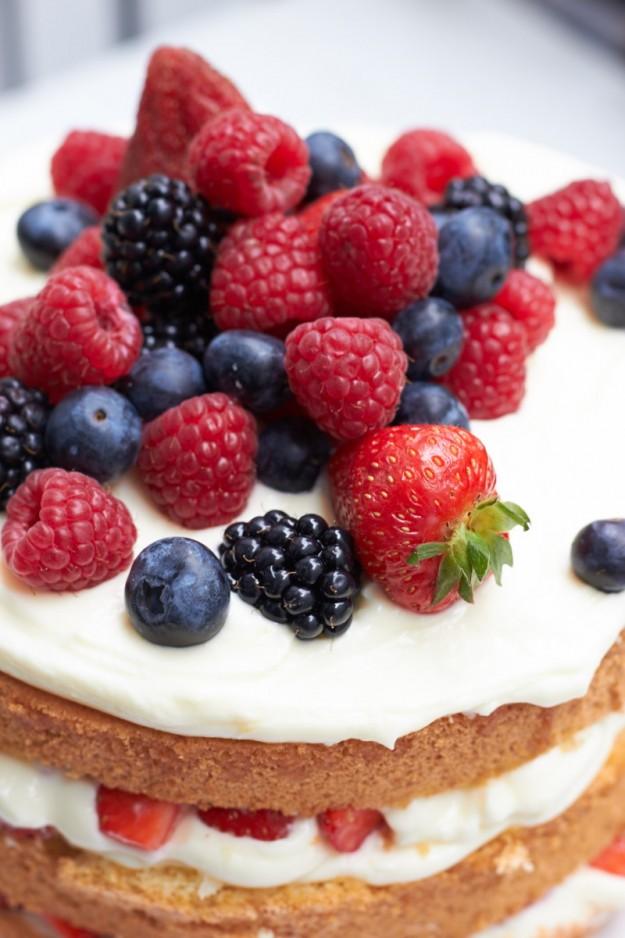 Biskuittorte mit Beeren und Zitronencreme für sommerliche Tage.