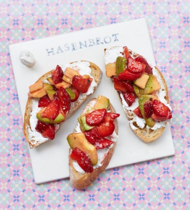 Leckere Schnittchen mit Avocado und Erdbeeren für ein Sommer-Lunch.