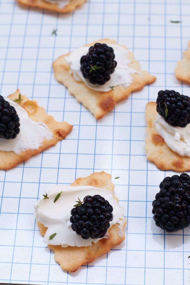 Eine sommerliche Vorspeise, die schnell gemacht ist und super lecker schmeckt - Frischkäse-Brombeeren-Cracker.