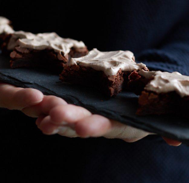 Weihnachts-Brownies mit einer leckeren Zimtcreme für ein Adventskaffee.