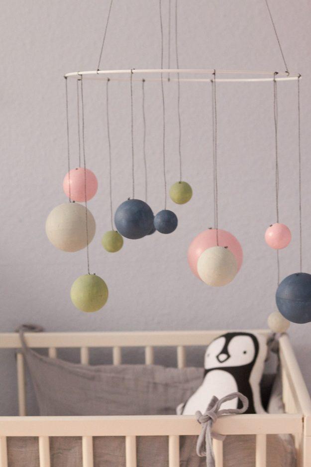 Tolles DIY für das Kinderzimmer - ein Planetenmobile aus Styroporkugeln.