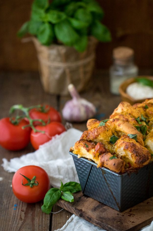 Faltenbrot mit Mozzarella und Tomate