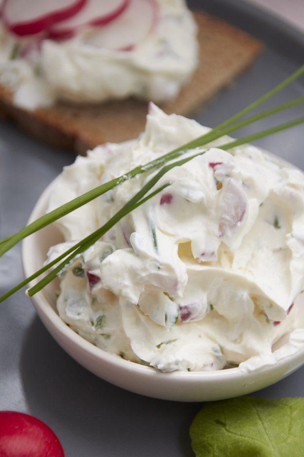 Ein Rezept für eine Radieschen Frischkäse Creme für die Gemüse Expedition von Tastesheriff. Und noch viel mehr Ideen zum anrichten, kochen und backen mit Radieschen.