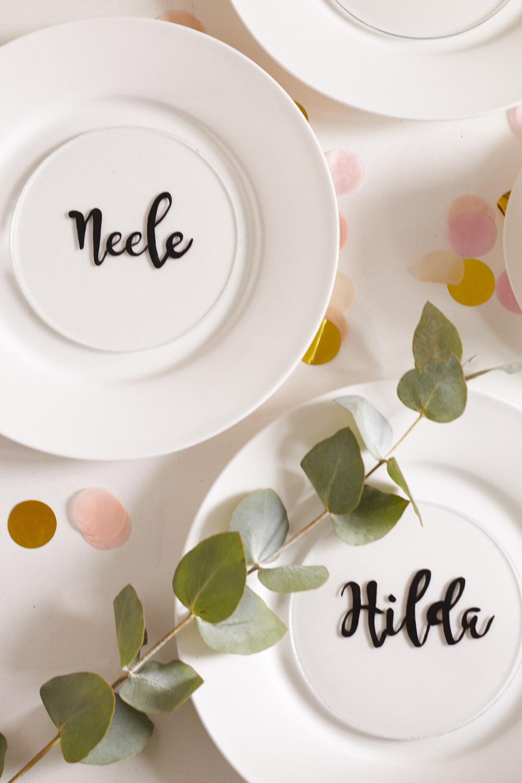 Ein kleines DIY für das nächste Abendessen – Tischkarten auf Plexiglas Scheiben