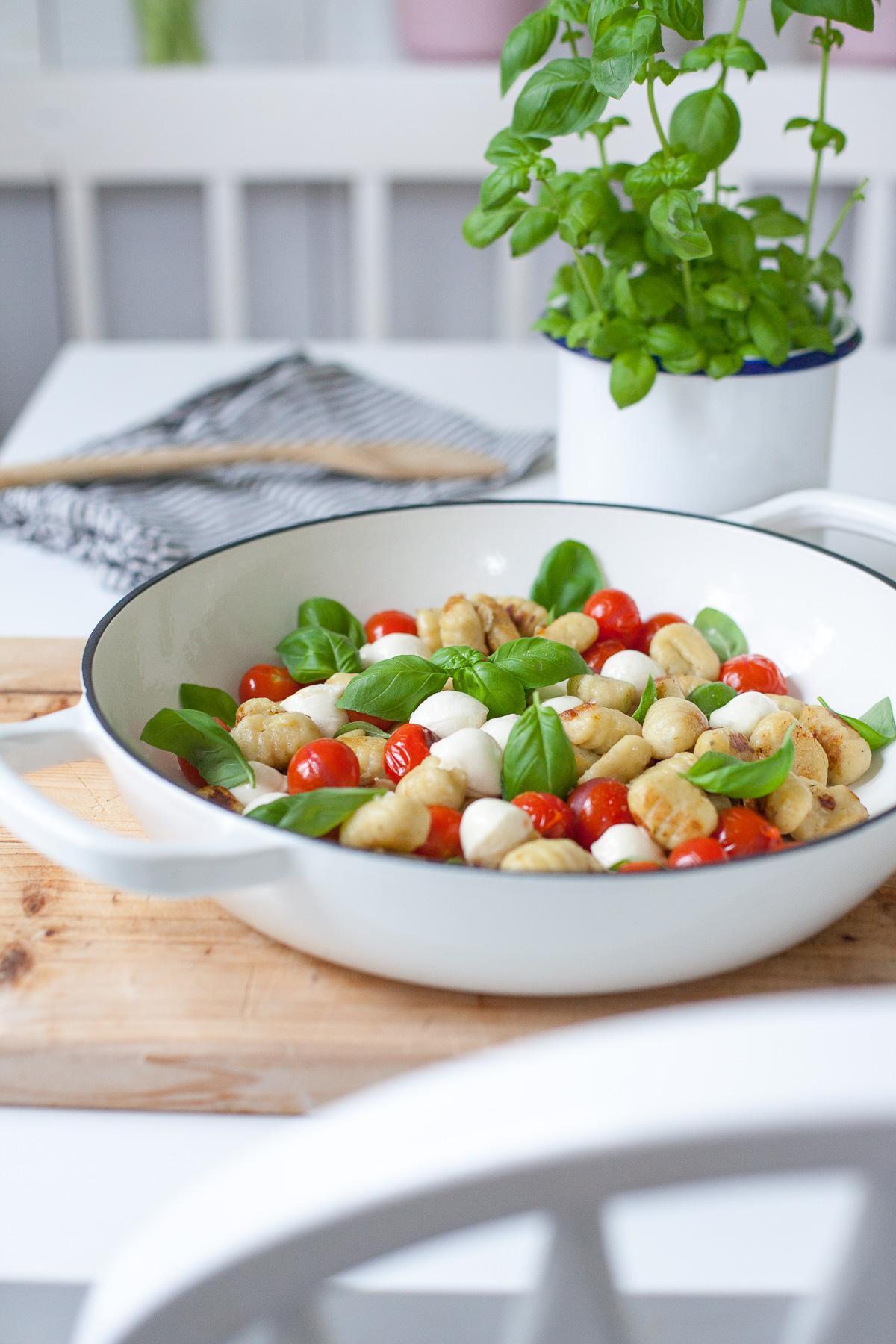 Ein Schnelles Und Leckeres Mittagessen Gnocci Mit Tomate Und Minimozzarella Tastesheriff