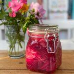 Eingelegte Zwiebeln im Glas ganz einfach gemacht und köstlich zu vielen Rezepten
