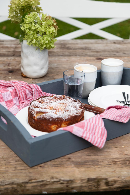 Ein tolles Rezept für einen supersaftigen und fruchtigen Joghurt Birnen Kuchen - Perfekt, wenn die Birnen schon ein bisschen überreif sind.