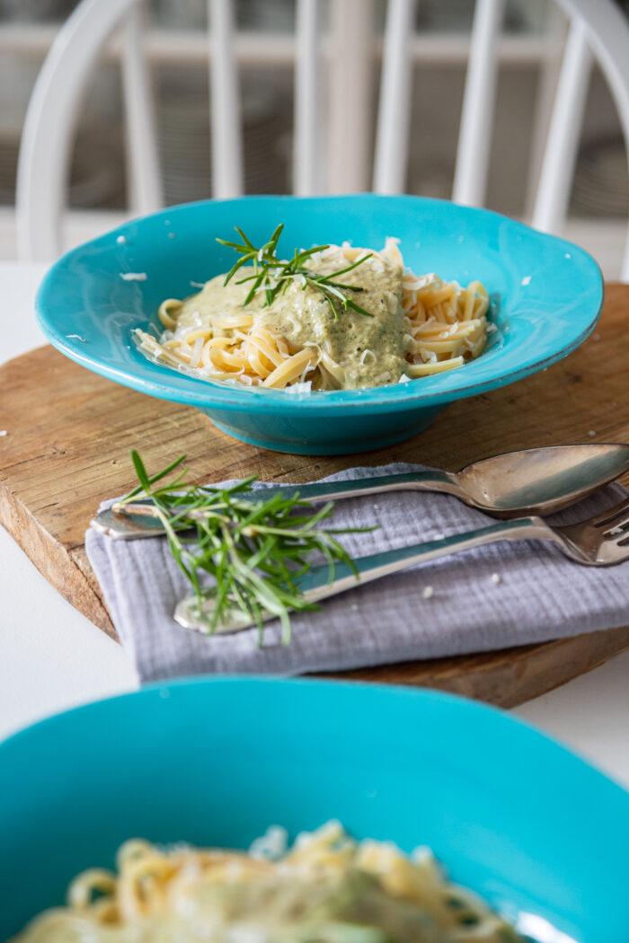 Zucchini essen mit Kindern leicht gemacht mit meinem Rezept für versteckte Zucchini Pasta! Und Nudeln gehen doch echt immer. Hah!